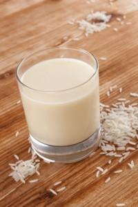 verre de lait de riz avec des grains de riz